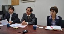 左から澤本さん、村山会長、田中さん